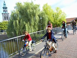 Radfahrer überqueren die Vechte in Nordhorn