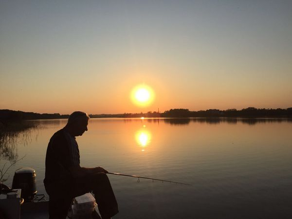 Angeln im Emsland – Mann beim Angeln an der Ems im Sonnenuntergang (Ems)