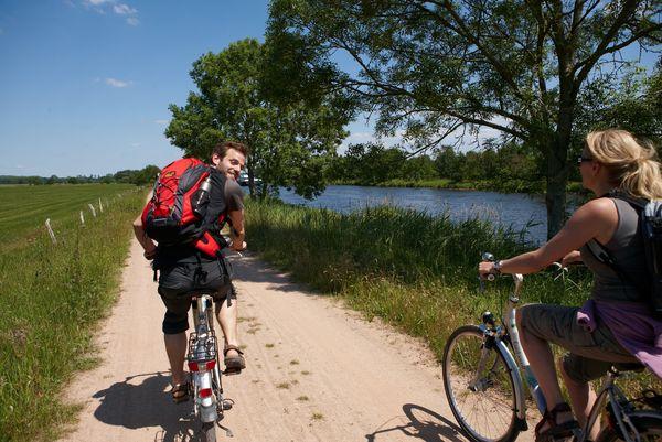 Radfahrer unterwegs auf der United Countries Tour an der Ems bei Lathen