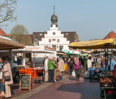 Wochenmarkt in Lingen - Blick auf hist. Rathaus