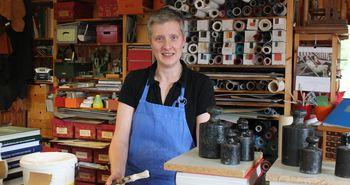 Kunsthandwerk im Emsland - Buchbinderin Heide Suhl in ihrer Werkstatt in Hüven