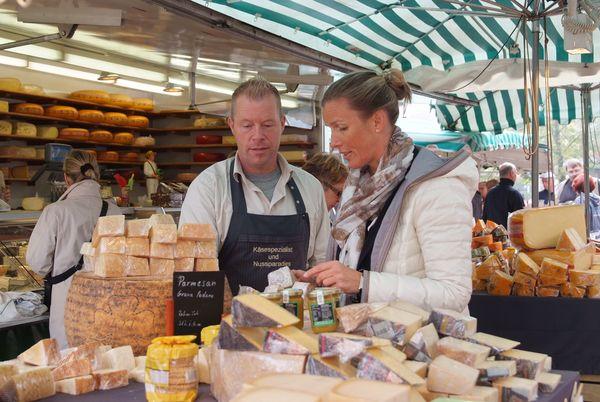 Wochenmarkt in Papenburg - Kundengespräch am Käsestand