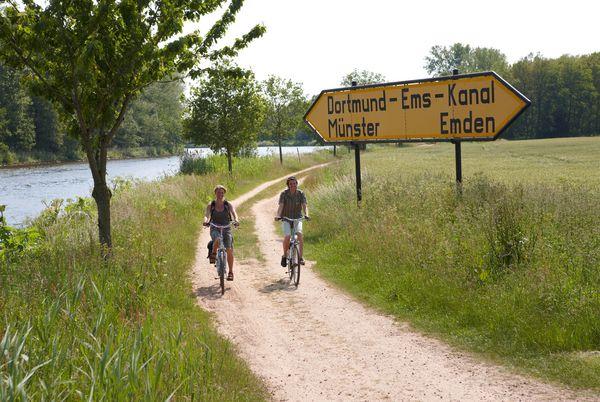 Radfahrer im Emsland unterwegs auf der Rad-Route Dortmund-Ems-Kanal