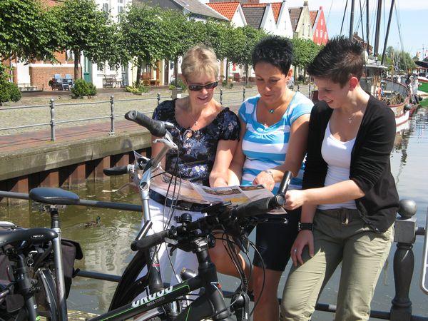 Alter Hafen in Weener - Radfahrer schauen in Karte