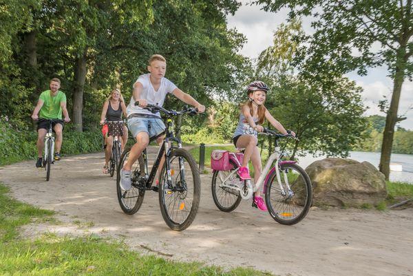Familie unterwegs mit dem Rad im Emsland