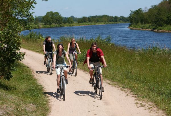 Radfahrer auf dem Emsradweg am Dortmund-Ems-Kanal
