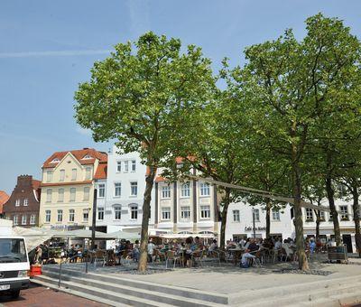 Wochenmarkt in Lingen - Blick auf Bürgerhäuser