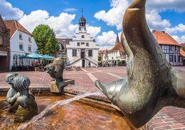 Marktplatz in Lingen (Ems) – Aufnahme beim Fabeltier-Brunnen
