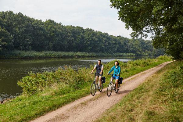 Radfahrer unterwegs an der Ems - Emsland-Route bei Lathen