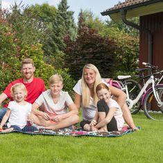 Familie Picknickdecke am Ferienhaus