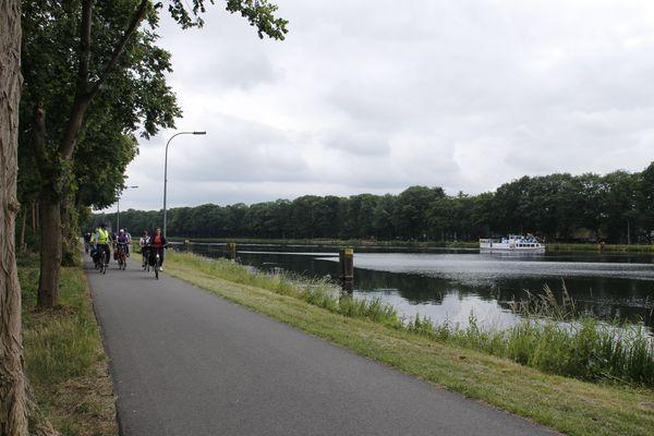 Radgruppe unterwegs auf der Rad-Route Dortmund-Ems-Kanal im Emsland