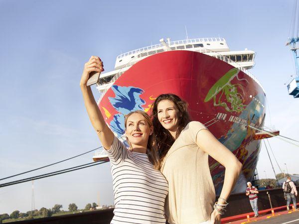 Zu Besuch bei den Ozeanriesen in Papenburg, Selfie vor Kreuzfahrtschiff bei der Meyer Werft