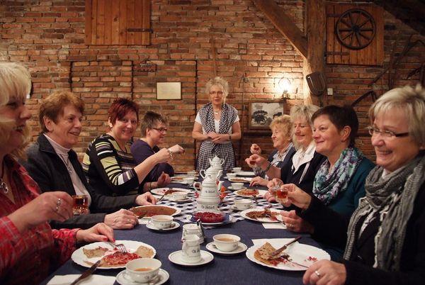 Papenbörger Hus - Gruppe beim Buchweizenpfannkuchen-Essen
