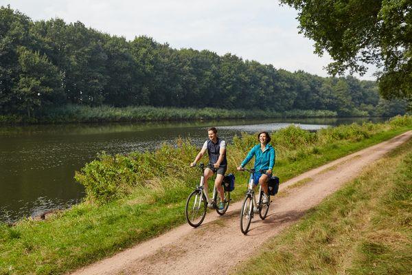 Radfahrer unterwegs im Emsland auf einem Radweg an der Ems bei Lathen