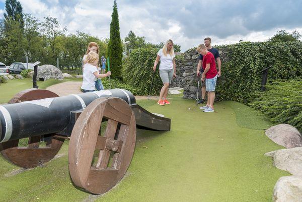 Ferienzentrum Schloss Dankern - Familie beim Adventure Golf