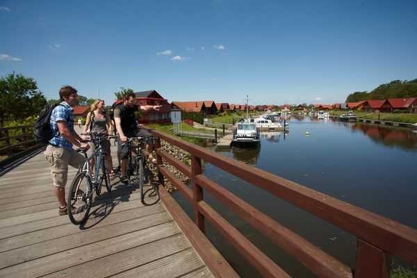 Radfahrer beim Marinapark Emstal in Walchum