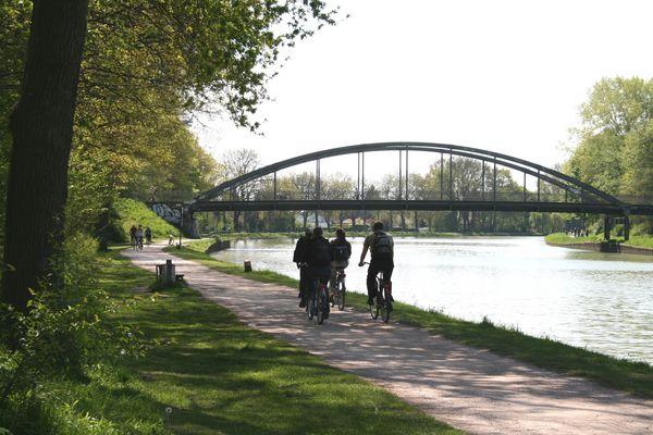 Radfahrer am Dortmund-Ems-Kanal in Münster