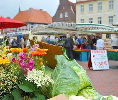 Wochenmarkt in Lingen - Blick auf Märktstände
