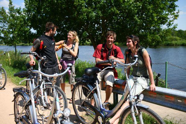 Radfahrer unterwegs auf der Emsland-Route pausieren an der Strecke