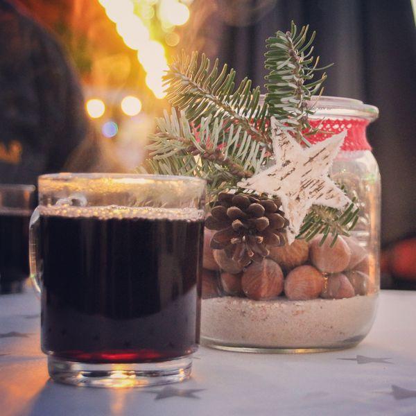 Adventszeit im Emsland – Glas Glühwein am Stand von einem Weihnachtsmarkt