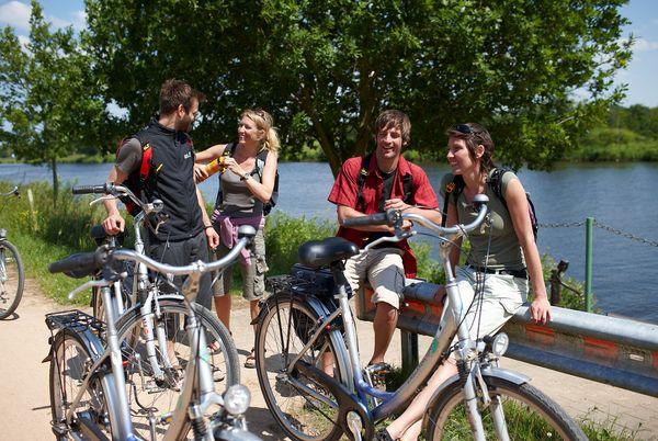 Radfahrer auf einer Radtour auf dem Ems-Radweg
