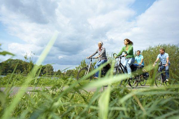 Radfahrer unterwegs am Vechtesee in Nordhorn