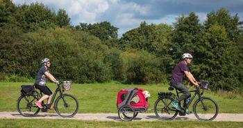 Radurlauber mit Hund unterwegs auf der Emsland-Route