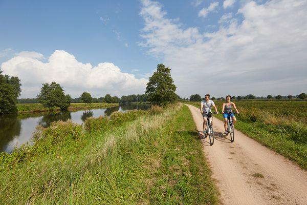 Radfahrer unterwegs auf einem Leinpfad am Dortmund-Ems-Kanal bei Lathen