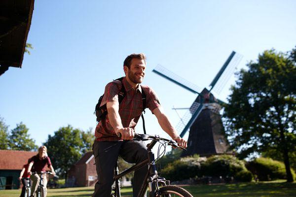 Radfahrer unterwegs im Emsland, bei Mersmühle vom Mühlenmuseum in Haren (Ems)