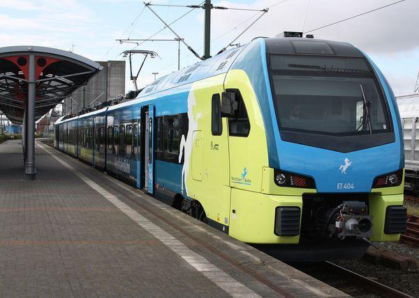 Zug der WestfalenBahn im Bahnhof Lingen