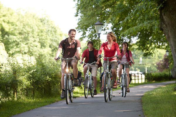 Radfahrer unterwegs auf der Emsland-Route in Meppen