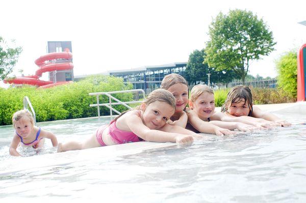Freibad vom Linus Lingen - Kinder am Beckenrand