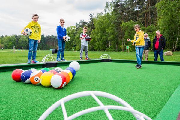 Kinder spielen PoolBall auf dem Platz vom Fußballgolf Emsland in Lünne