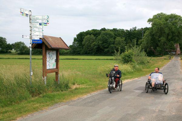 Emsland-Route - Norbert Feislachen und Walter Teckert fahren auf der Handbiker-Route