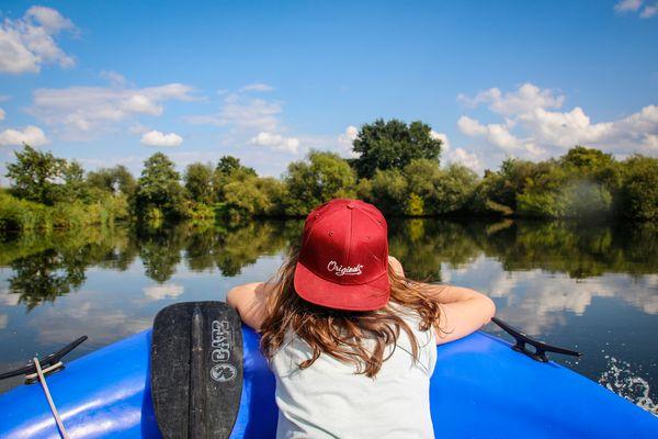 Bootstour auf dem Dortmund-Ems-Kanal – Kind schaut aufs Wasser
