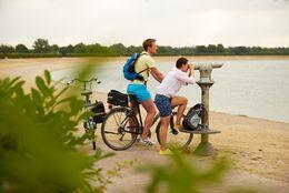 Radfahrer unterwegs auf der Emsland-Route am Speichersee Geeste – Aussichtspunkt beim Biotop