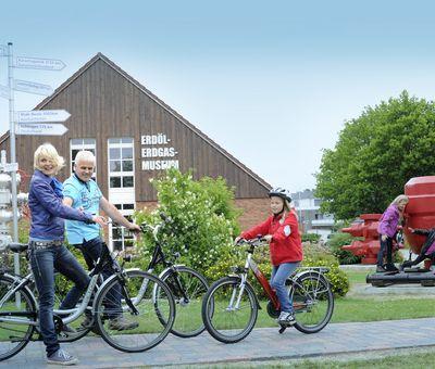 Radfahrer am Erdöl-Erdgas-Museum