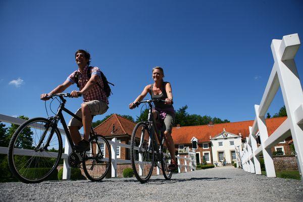 Radfahrer unterwegs auf der United Countries Tour beim Gut Landegge in Haren (Ems)
