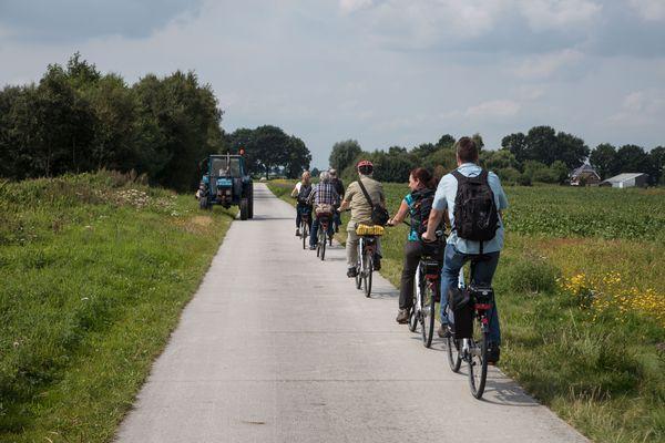 Radfahrergruppe unterwegs auf dem nördlichen Rundkurs der United Countries Tour (Smokkelroute)