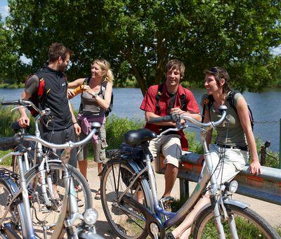 Radfahrer unterwegs auf der Emsland-Route pausieren an Ems / Dortmund-Ems-Kanal