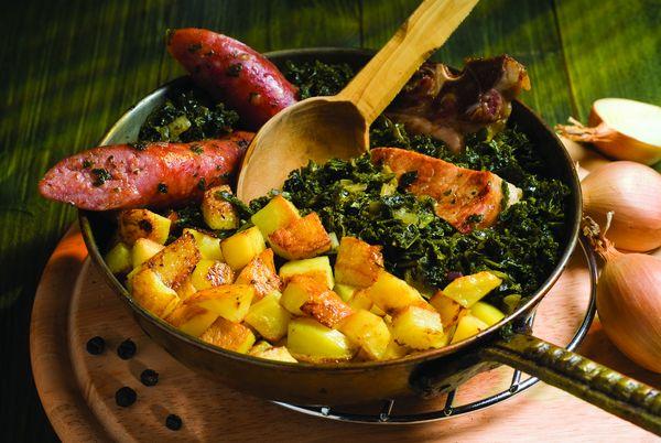 Grünkohl mit Pinkel, Kassler und Bratkartoffeln - eine leckere Mahlzeit im Winter