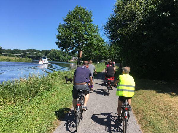 Radfahrer unterwegs entlang der Ems auf der Rad-Route Dortmund-Ems-Kanal