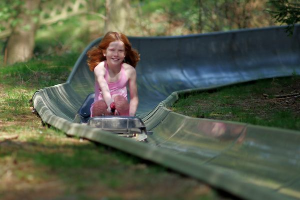 Erholungsgebiet Surwolds Wald – Mädchen unterwegs auf der Sommerrodelbahn