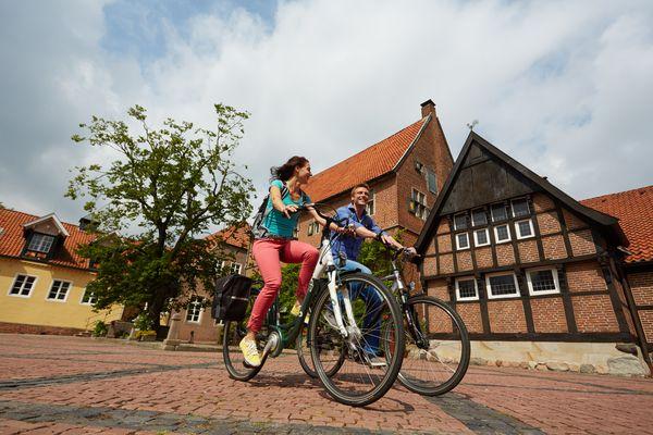 Radfahrer unterwegs auf der Emsland-Route auf dem Westerholtschen Burgmannshof in Haselünne