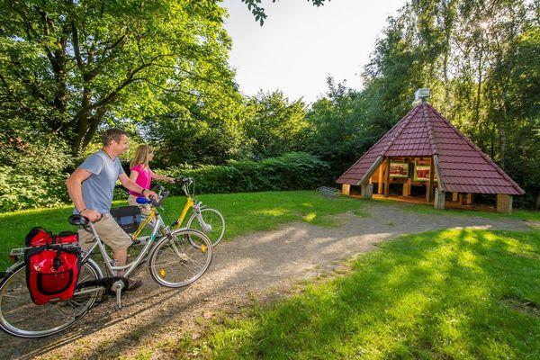 MoorInfoPfad Esterwegen – Radfahrer vor Station 1 (Eingangshütte)