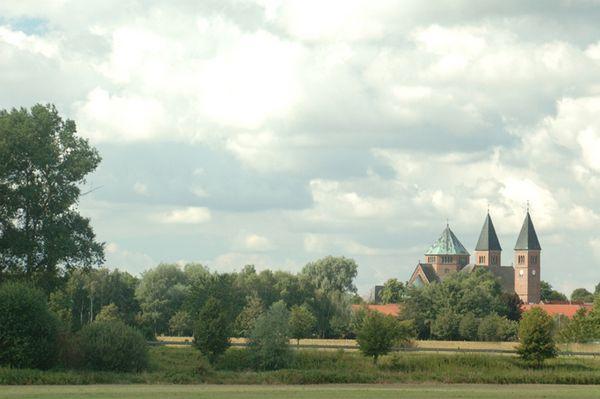 Blick auf Rhede bzw. die Türme der Kirche St. Nikolaus (Rheder Dom)