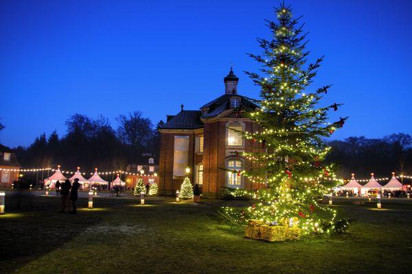 Advent auf Schloss Clemenswerth in Sögel – festlich beleuchteter Markt in Abenddämmerung