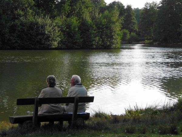 Saller See – älteres Paar auf einer Bank