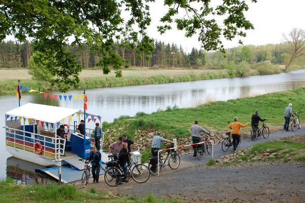 Emsfähre MehrLi - Radfahrer nach der Fährfahrt