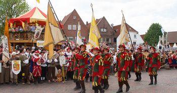 Kivelingsfest zu Pfingsten in Lingen (Ems) - Fahnenoffiziere der Kivelinge beim traditionellen Umzug